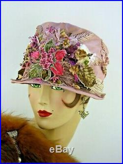 VINTAGE HAT 1920s ORIG. A VERY RARE CLOCHE, IN PALE MAUVE w VELVET FLORAL FRONT